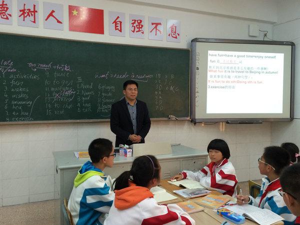 初二英语组      初二英语组殷琳老师在初二(6)班给本组老师上