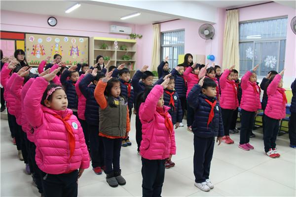 升国旗,行队礼-小学部举行隆重的开学典礼