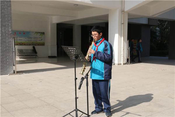 倪铖同学表演萨克斯独奏《青花瓷》