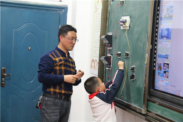 于老师演示电路连接实验